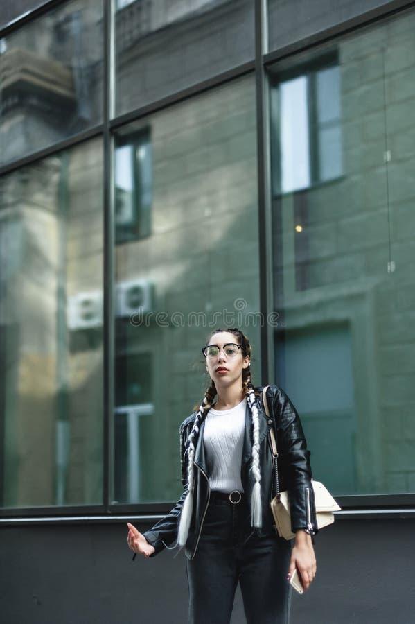 Portret van een jonge mooie vrouw op straat, het model stellen, stedelijke de straatmanier van vrouwen royalty-vrije stock foto