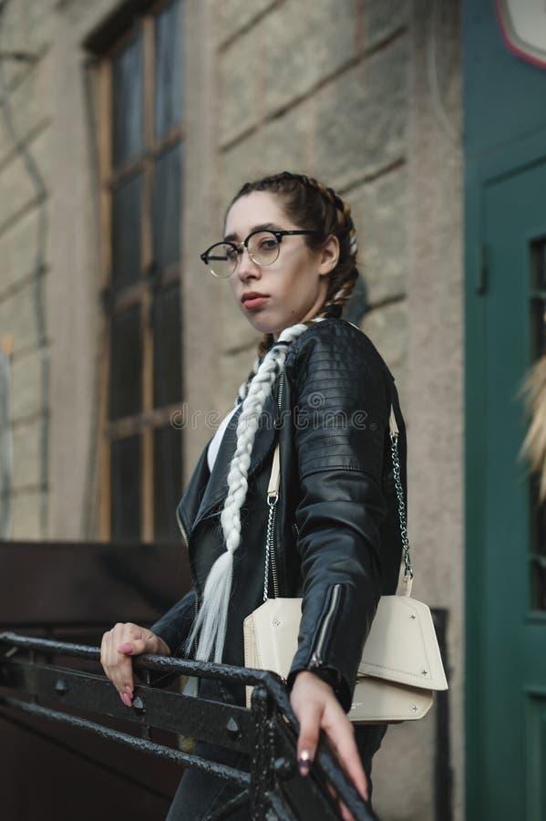 Portret van een jonge mooie vrouw op straat, het model stellen, stedelijke de straatmanier van vrouwen stock foto