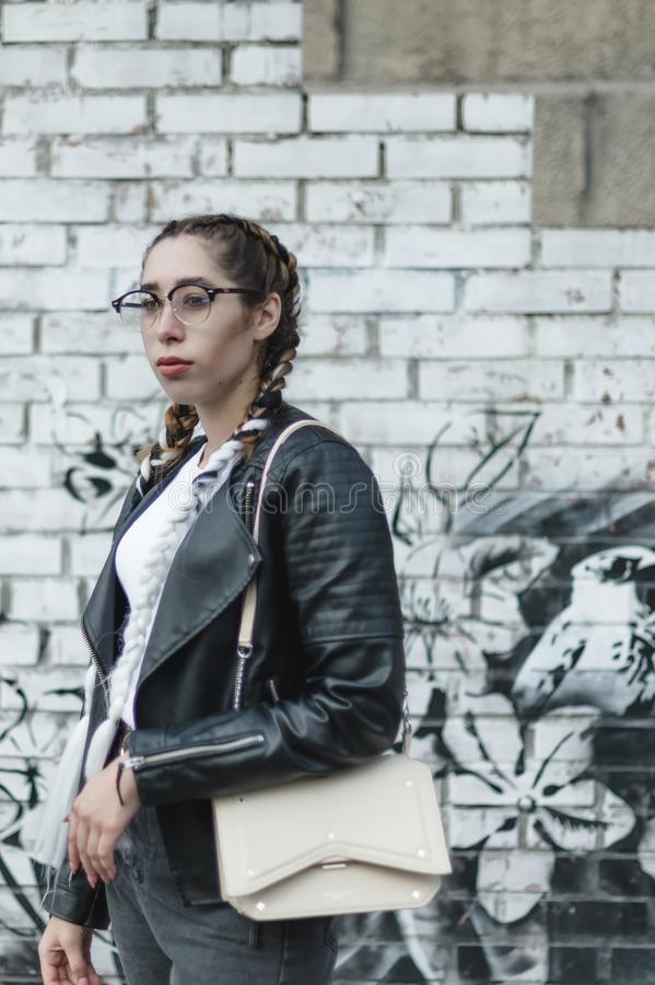 Portret van een jonge mooie vrouw op straat, het model stellen, stedelijke de straatmanier van vrouwen stock fotografie