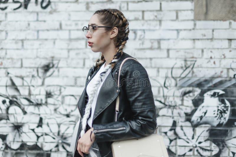 Portret van een jonge mooie vrouw op straat, het model stellen, stedelijke de straatmanier van vrouwen royalty-vrije stock foto's