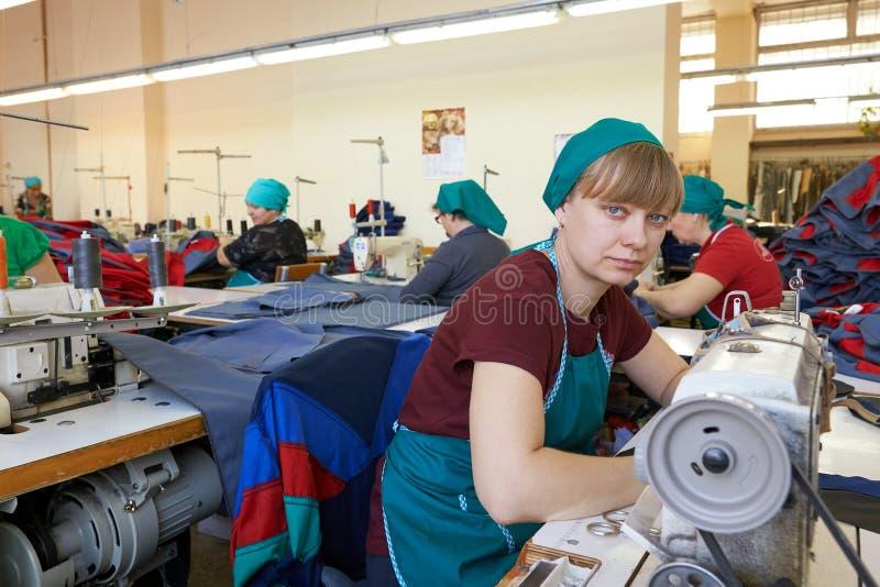 Portret van een jonge naaister op een werkende plaats in backgro royalty-vrije stock fotografie