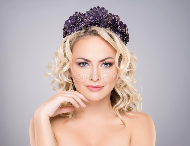 Portret van een jonge naakte vrouw in een hoofdband stock foto