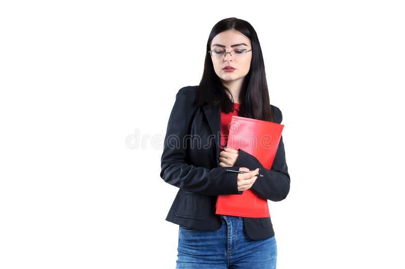 Portret van een jonge onderneemster in glazen met een rood omslag en penwijfje, persoon, succes stock afbeeldingen