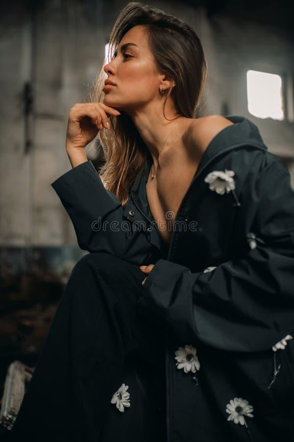Portret van een jonge seminudevrouw met stromend haar stock foto's