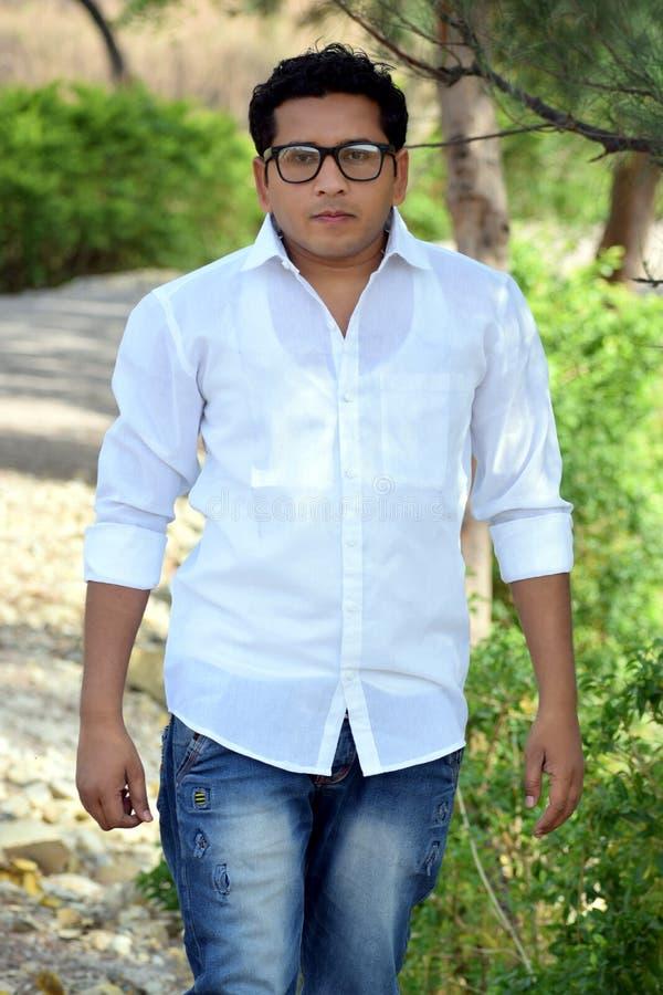 Portret van een jonge student terwijl het lopen op het park royalty-vrije stock fotografie