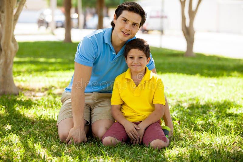 Portret van een jonge vader en een zoon stock afbeeldingen