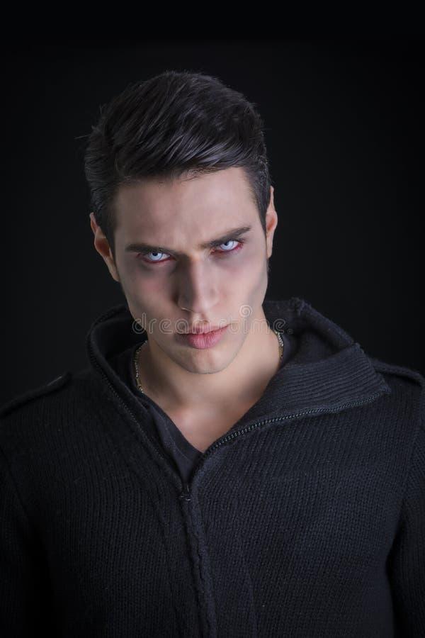 Portret van een Jonge Vampiermens met Zwarte Sweater royalty-vrije stock afbeelding