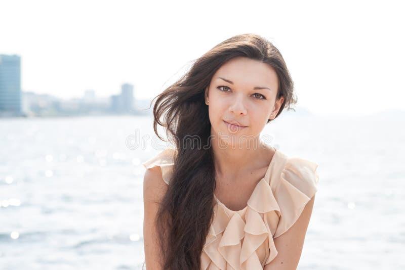 Portret van een jonge vrouw. stock afbeelding