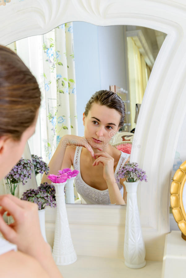 Portret van een jonge vrouw bij de spiegel royalty-vrije stock afbeelding