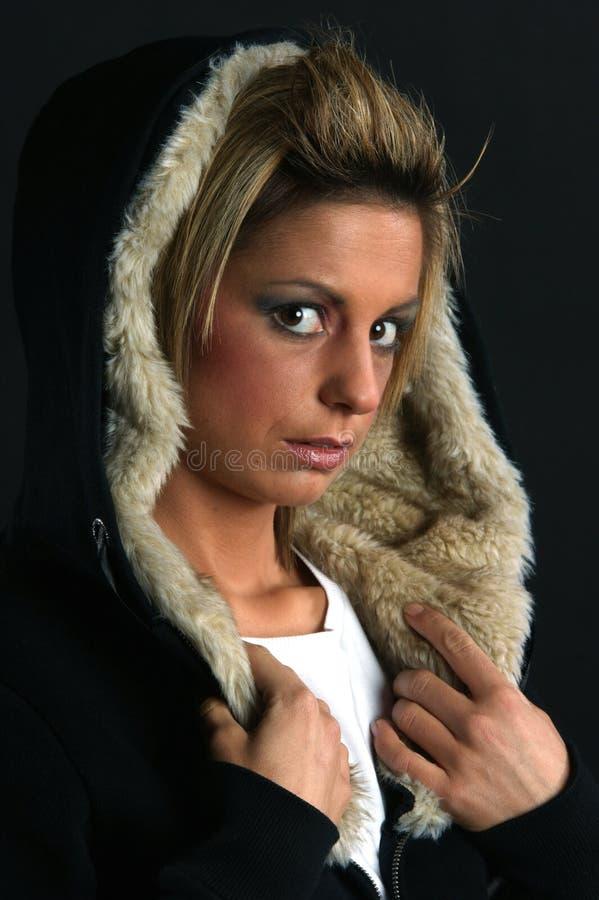 Portret van een jonge vrouw in de winterlaag stock foto's