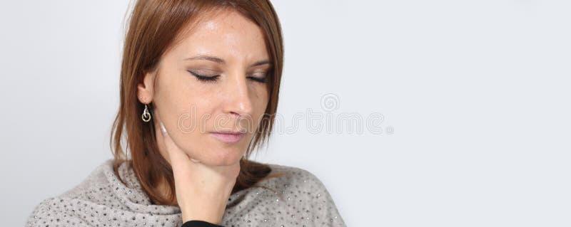 Portret van een jonge vrouw die aan keelpijn lijden royalty-vrije stock afbeeldingen