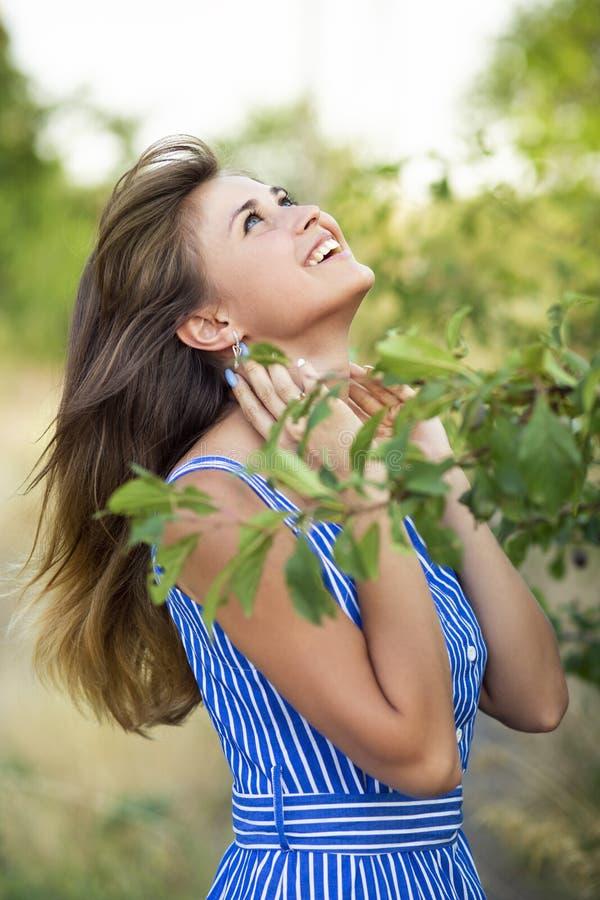 Portret van een jonge vrouw die in aard, het gelukkige meisje lachen lopen stock foto