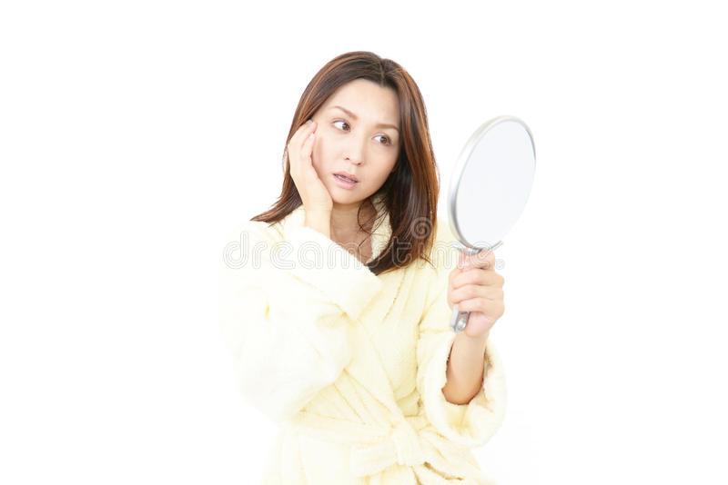 Portret van een jonge vrouw die gedeprimeerd kijken royalty-vrije stock fotografie