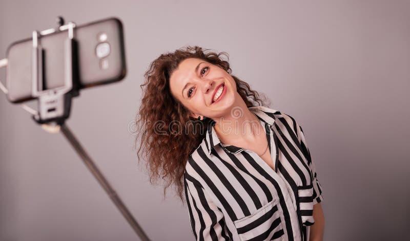 Portret van een jonge vrouw die selfie foto op smartphone nemen stock afbeeldingen