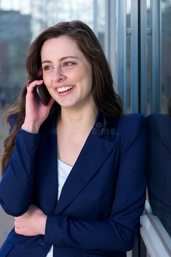 Portret van een jonge vrouw die telefoon uitnodigen royalty-vrije stock foto