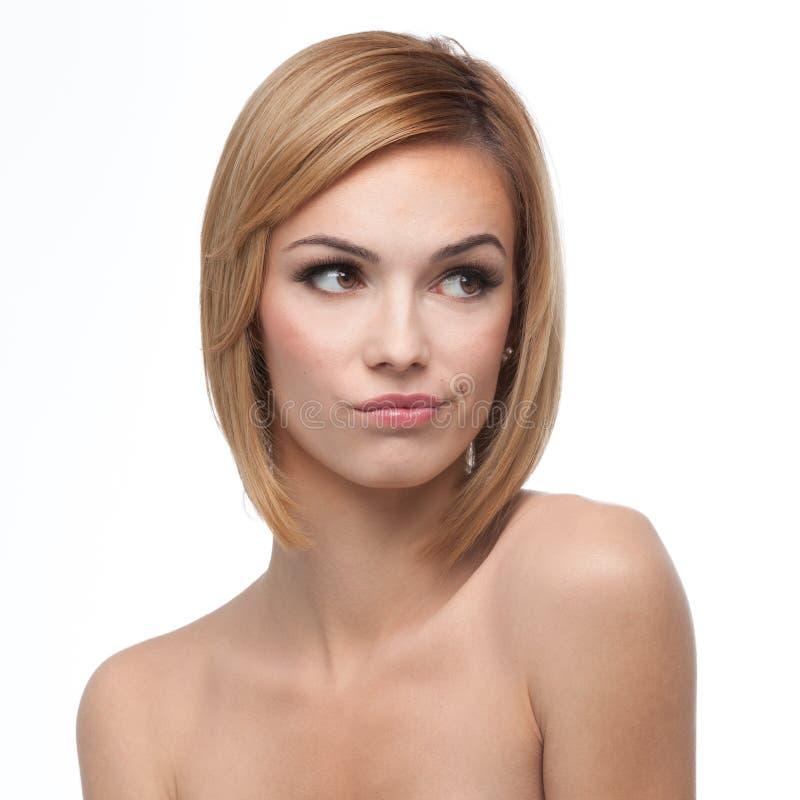 Portret van een jonge vrouw die verdacht kijkt stock foto's