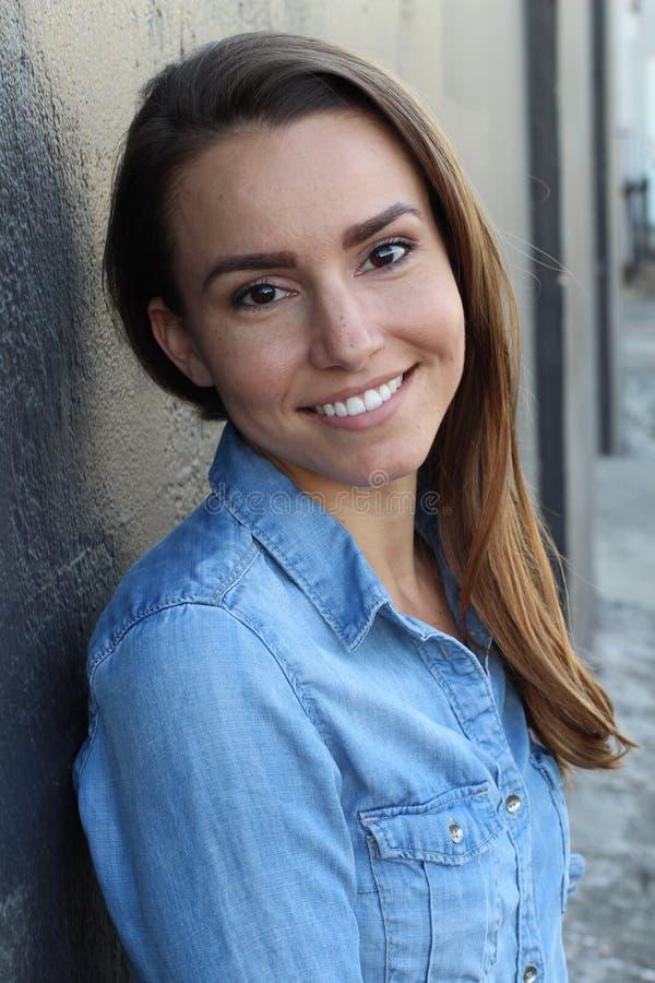 Portret van een jonge vrouw die - Voorraadbeeld glimlachen stock fotografie