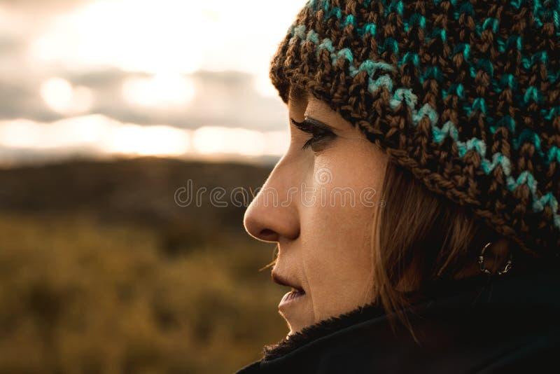 Portret van een jonge vrouw die een wollen hoed dragen royalty-vrije stock fotografie