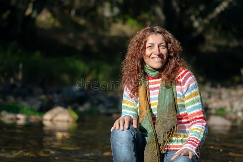 Portret van een jonge vrouw in een rivier royalty-vrije stock foto
