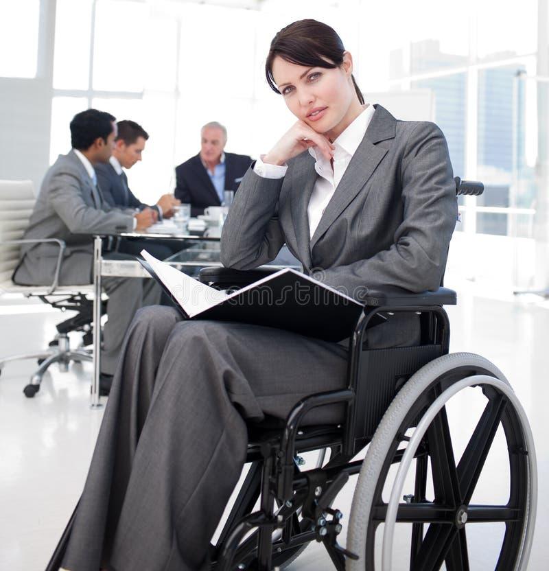 Portret van een jonge vrouw in een rolstoel stock foto