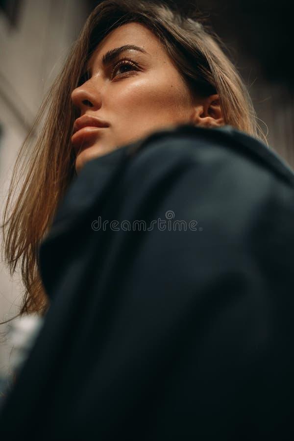 Portret van een jonge vrouw in jasje stock afbeeldingen