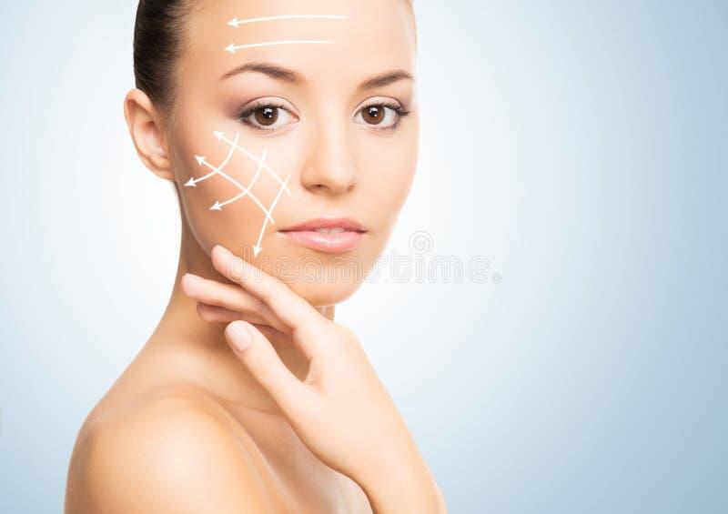 Portret van een jonge vrouw in make-up stock fotografie