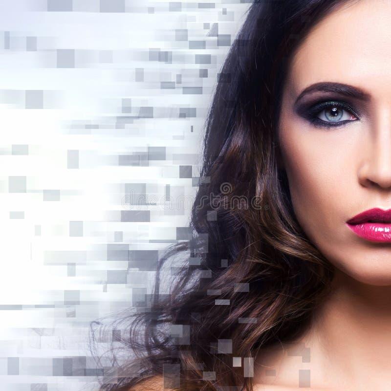 Portret van een jonge vrouw in make-up stock afbeelding