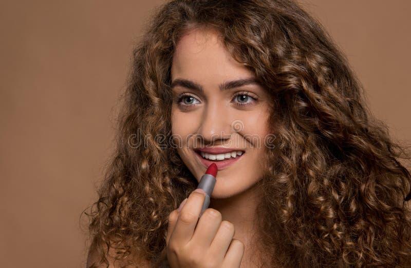 Portret van een jonge vrouw met rode lippenstift in een studio De ruimte van het exemplaar stock foto's