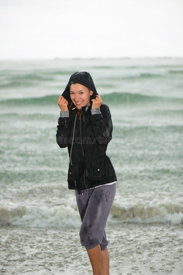Portret van een jonge vrouw op strand het glimlachen stock afbeelding