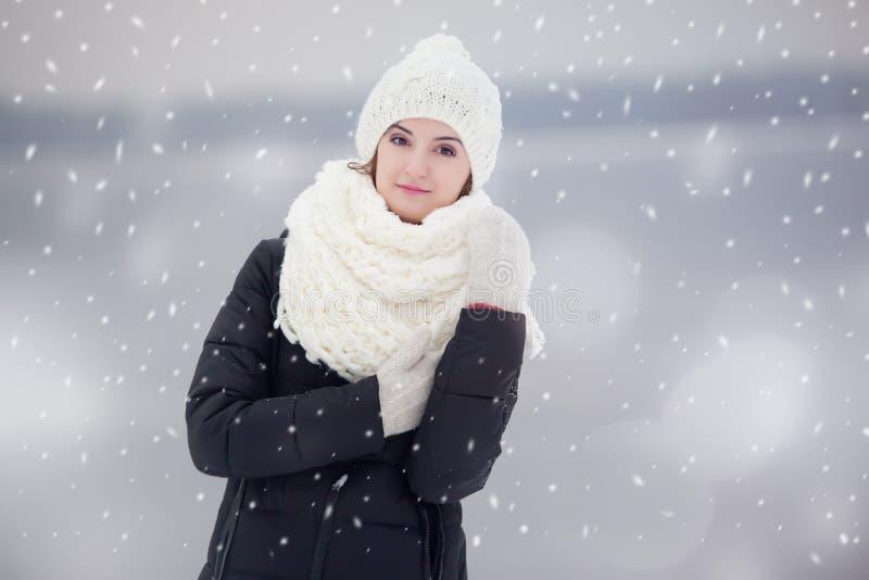 Portret van een jonge vrouw in openlucht onder snovfall royalty-vrije stock foto's
