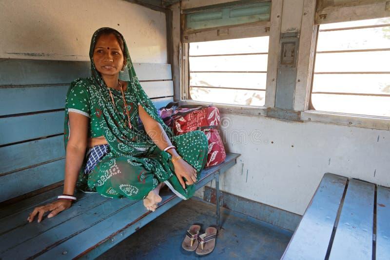 Portret van een jonge vrouw in een oude trein royalty-vrije stock afbeeldingen