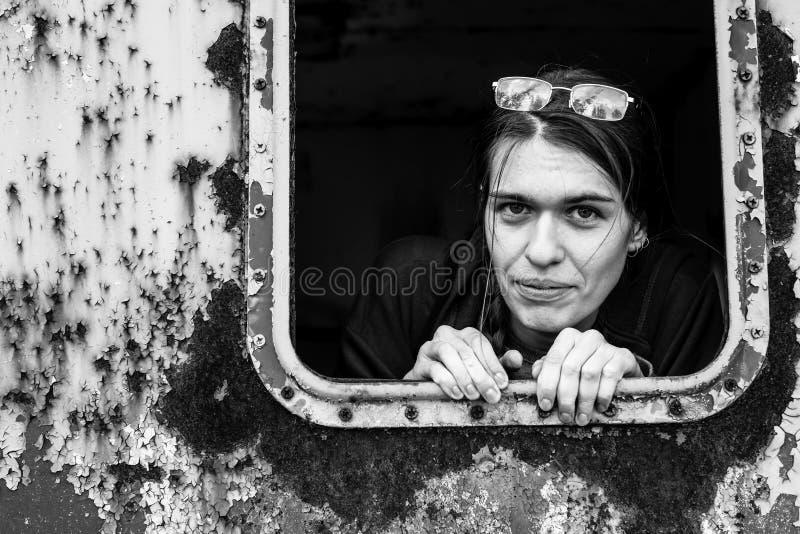 Portret van een jonge vrouw in een verlaten industriële faciliteit royalty-vrije stock foto