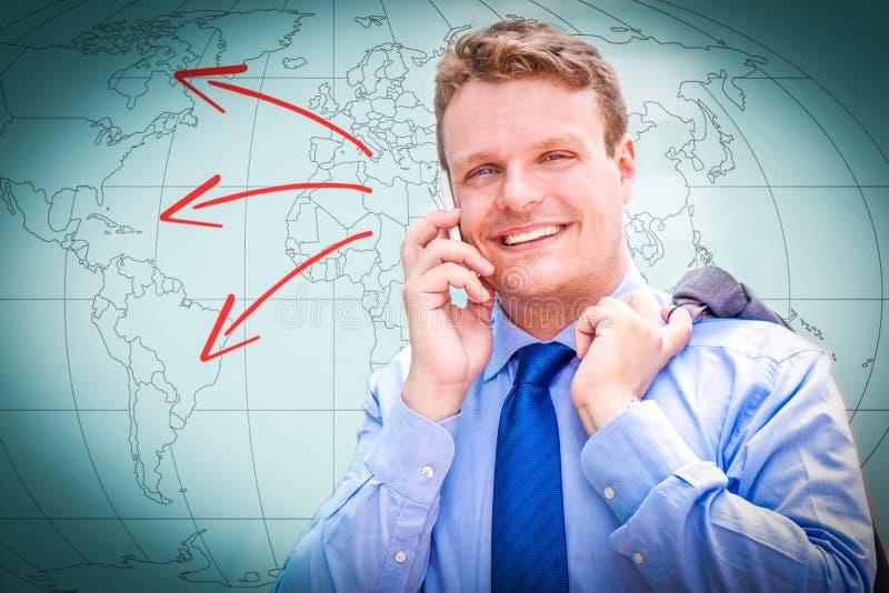 Portret van een jonge zakenman die op de telefoon spreken stock foto