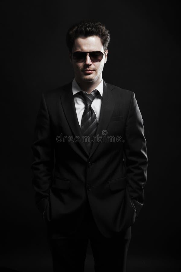 Portret van een jonge zakenman in zonnebril stock foto's