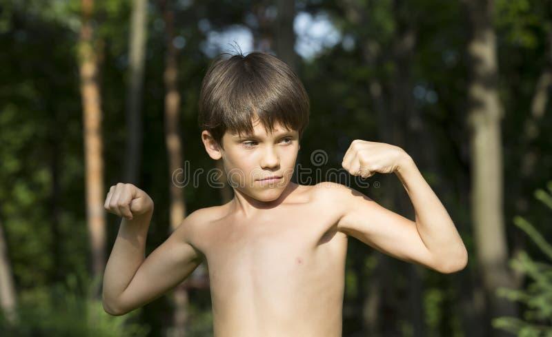 Portret van een jongen in aard royalty-vrije stock afbeelding