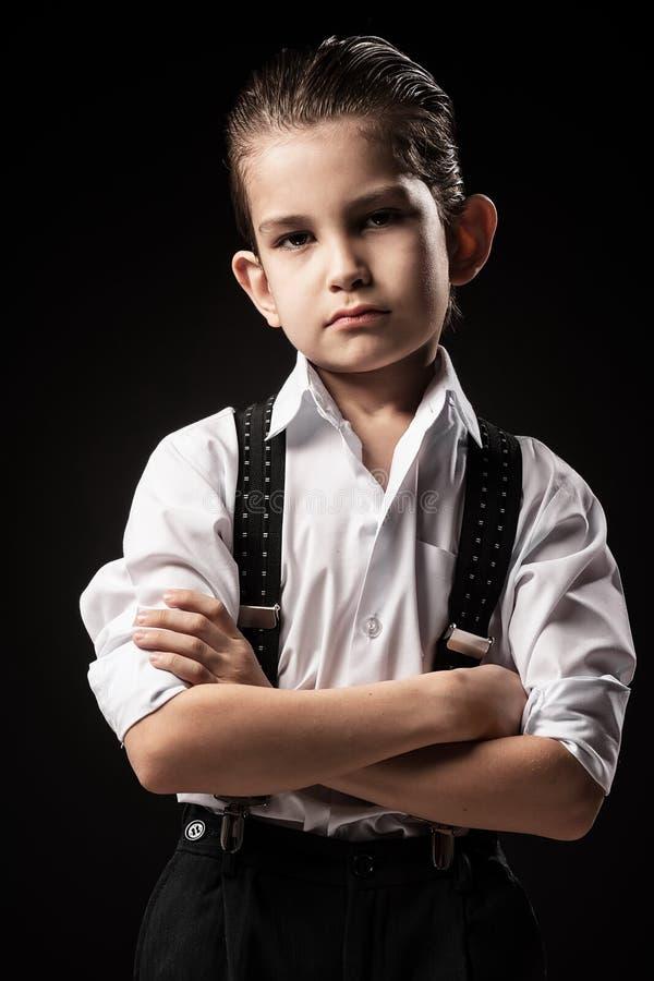 Portret van een jongen in een beeld van de gangster stock fotografie