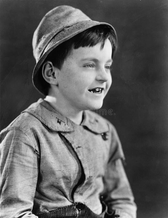 Portret van een jongen in een hoed en het grijnzen (Alle afgeschilderde personen leven niet langer en geen landgoed bestaat Tha v royalty-vrije stock fotografie