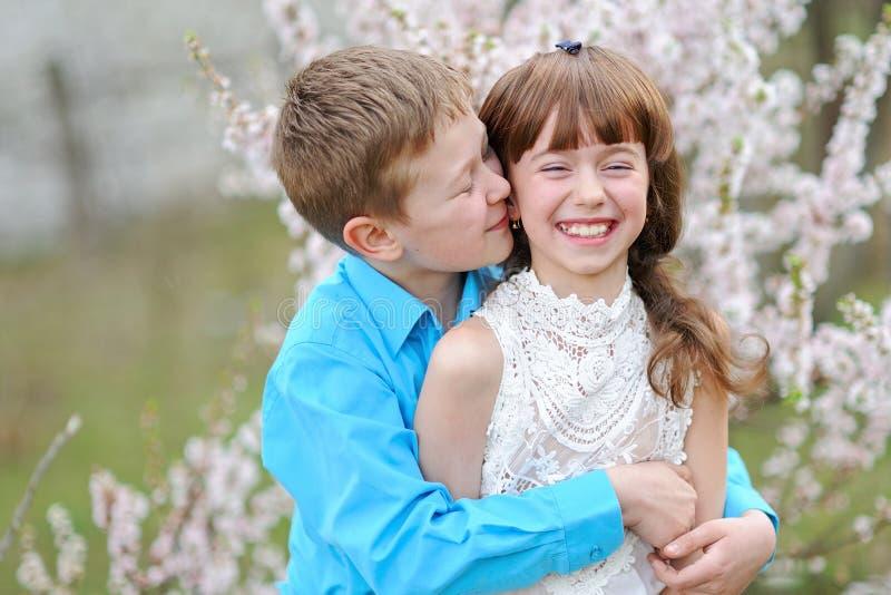 Portret van een jongen en een meisje royalty-vrije stock afbeeldingen
