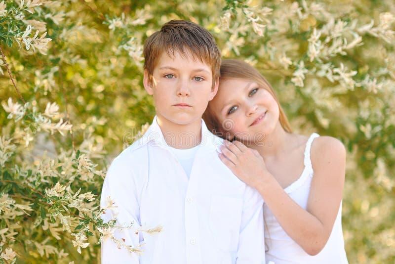 Portret van een jongen en een meisje stock foto's