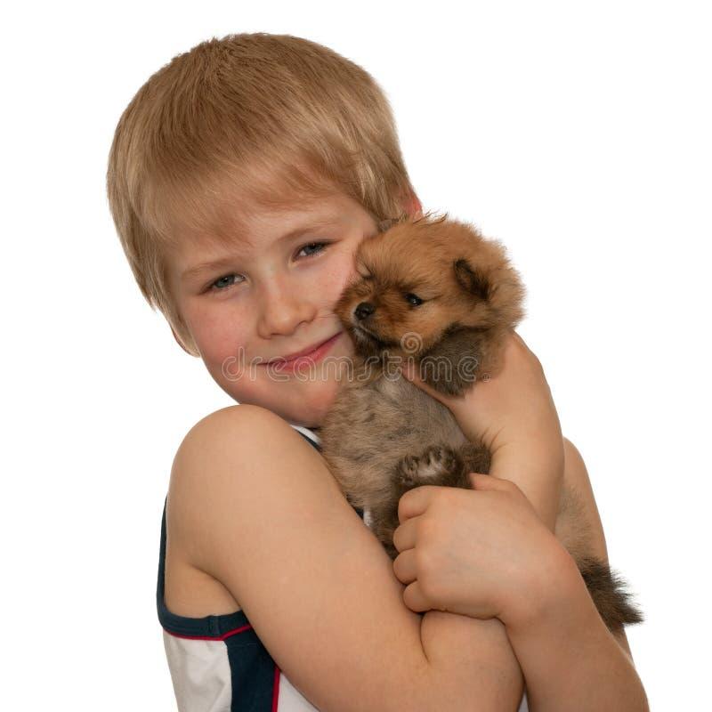 Portret van een jongen met een klein puppy royalty-vrije stock afbeelding