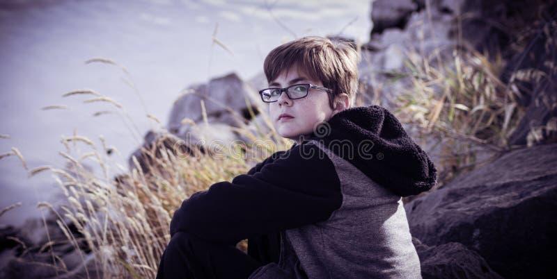 Portret van een Jongen met Glazen in de Herfst stock foto's
