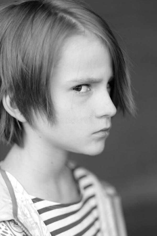 Portret van een jongen met een kwaad blik stock afbeelding