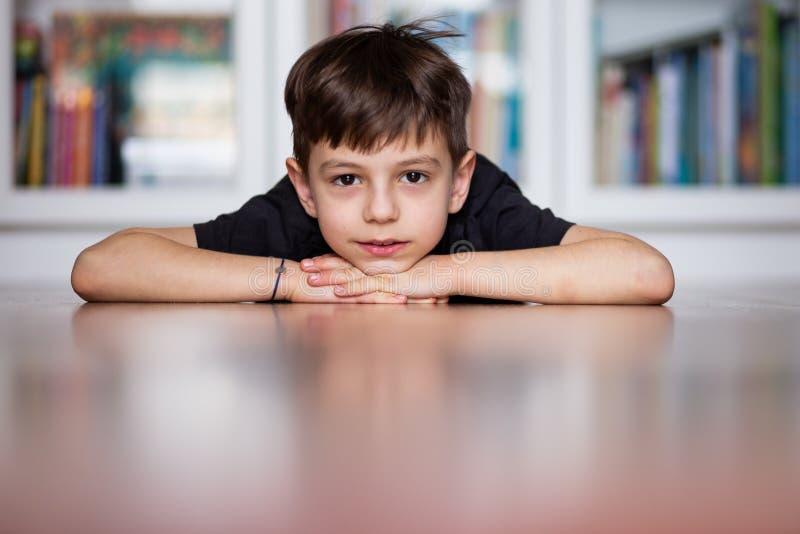 Portret van een jongen op de vloer stock foto's