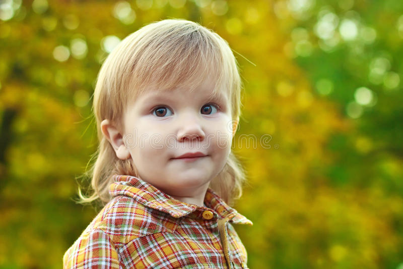 Portret van een jongen op een bokehachtergrond royalty-vrije stock fotografie