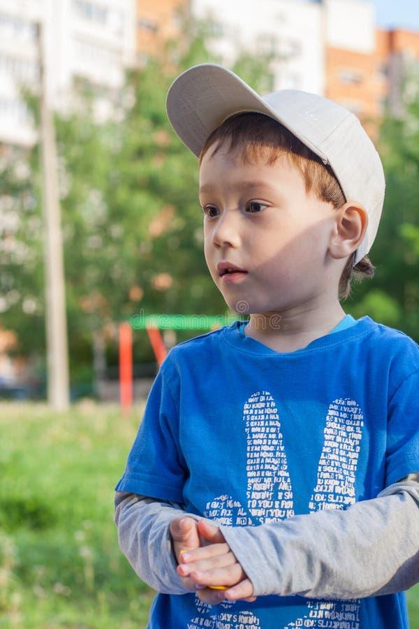 Portret van een jongen van samenvatting van het belangrijkste spel, een duidelijke de zomerdag stock foto