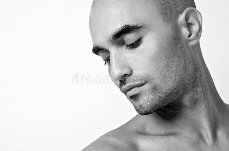 Portret van een kale mens die neer kijken. Profiel van een knappe topless mens. royalty-vrije stock foto