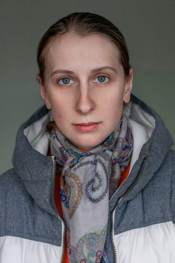 Portret van een kalme jonge vrouw binnen stock foto
