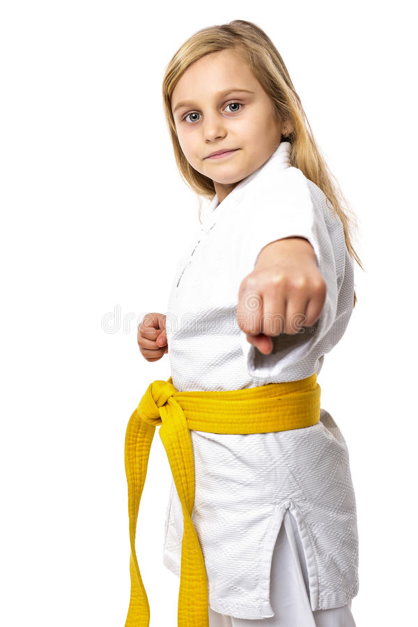 Portret van een karatemeisje in kimono met gele riem klaar aan FI stock foto's