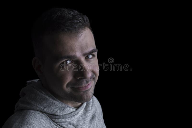 Portret van een Kaukasische mens die de camera bekijken Zwarte achtergrond close-up horizontaal Copyspace royalty-vrije stock foto's