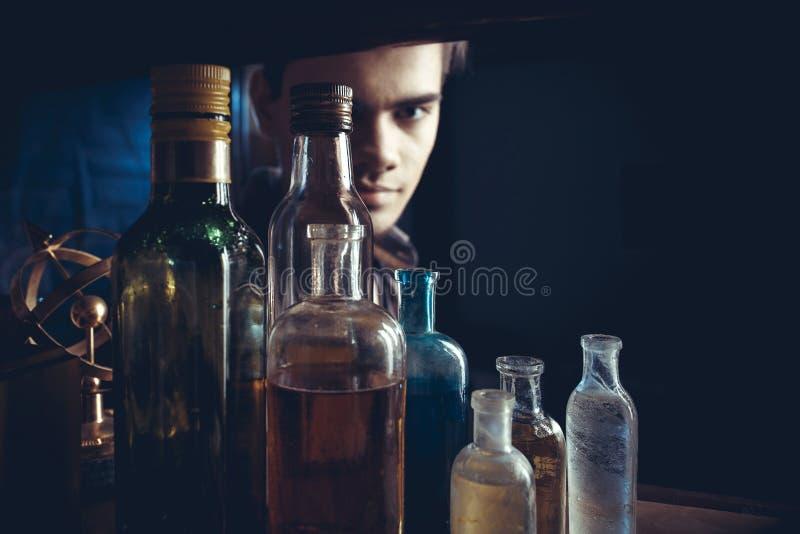 Portret van een kerel met flessen in steampunkstijl royalty-vrije stock foto